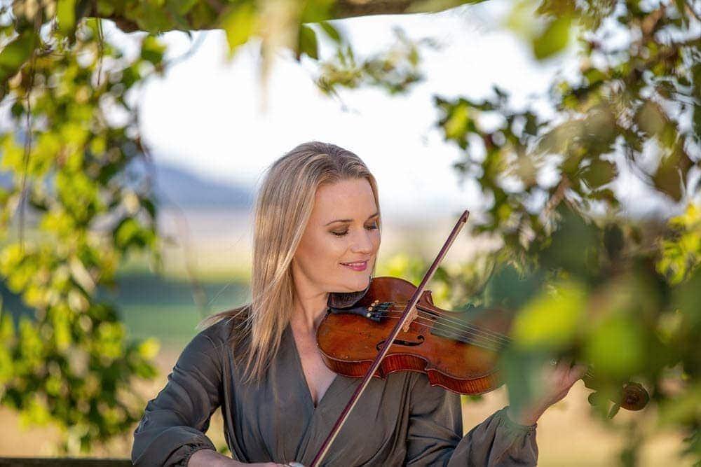 Anfängerin spielt Geige