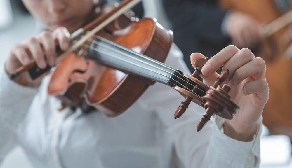 Geige stimmen, professionelle Anleitung für Anfänger (3 beste Methoden)