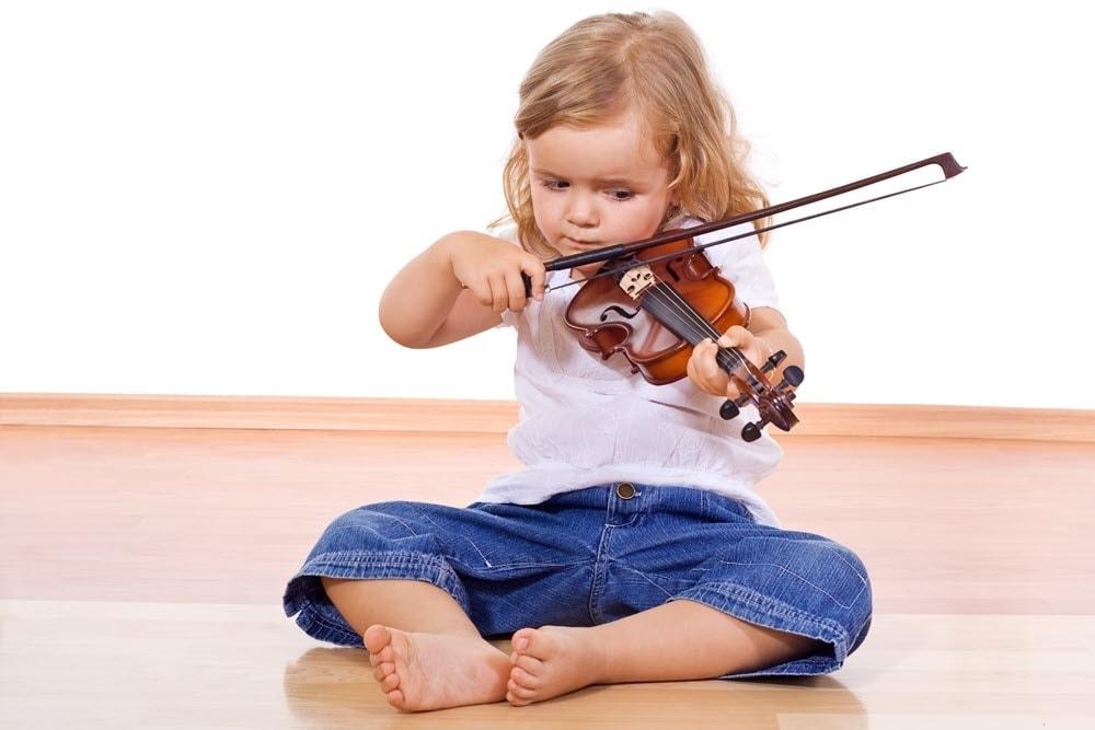 Kinder Geige spielen